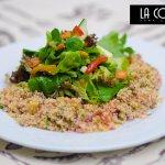 Ensalada de Quinua Quinua con cebolla, Tomates, Perejil mezcla de lechugas frescas, pimentones d