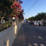 Den lille vej ned forbi hotellet - ned til havet. Man parkere sin bil helt op mod muren til højr
