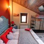 Habitación Doble Superior La Guelas, la cual cuenta con cama de 150 cm.