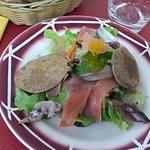 Salade de la mer : saumon fumé, sardine, blinis de sarrasin, crudité, perle de citron au poivre.