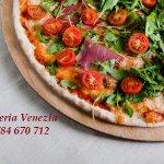 Pizza San Daniele, z szynką parmeńską, świeżymi pomidorkami oraz rukolą.