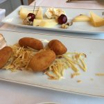 Media tabla de quesos y media de croquetas de langostinos
