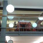 Το εσωτερικό του μαγαζιού .