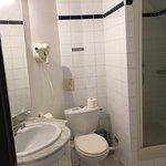 Salle de bain chambre simple et douche