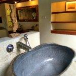 Stone bathtub yang nyaman