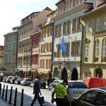 旗のあるところがホテル。すぐ近くにはアメリカ大使館も立ち並ぶトリジシュチェ通り