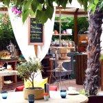 Petit-déjeuner buffet dans le jardin de l'Hôtel SAinte Valérie