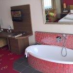 Grosses Zimmer mit Badewanne