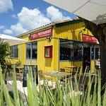 La cabane jaune en bois tout au bout du port face à la mer (LA CROIX DU SUD restaurant)