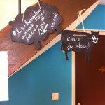 Petits mots affichés partout dans l'hôtel