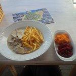 polędwiczki wieprzowe w sosie, z dodatkowymi frytkami, (3?) surówkami