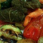 Gefüllte Weinblätter mit sauer mariniertem Gemüse