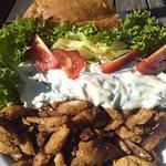 Gyros-Teller mit Tzatziki und Fladenbrot