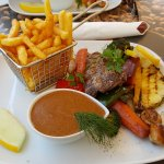 Oksemørbrad med pommes frites, garniture og pebersovs