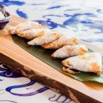 samosas de pollo de corral al horno con salsa de aguacate y lima