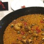 Paella alicantina con conejo y caracoles