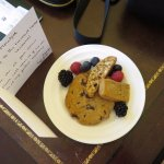 Handwritten welcome note and fresh fruit 'n biscuits.