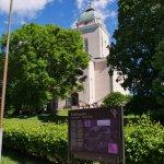 緑の尖塔を持つ教会