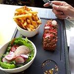 Tartare au couteau - excellent, et frites maison.