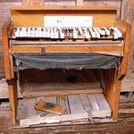 En penoso estado, un clavicordio antiguo, en el museo de la iglesia.