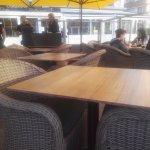 rangement des tables, il est 20 heures ! certains mangent encore, d'autres attendent leur plat
