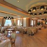 Sala da pranzo con grandi finestre panoramiche