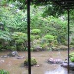 庭の中心に新発田川が流れる