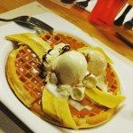 Deli ... postre. Banano con helado.. sobre un pacake. Deliiii me gusta mucho este postre que se