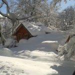vista de una de las cabañas depues de la nevada exelente lugar
