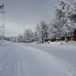 la pista de ski  a lado de la cabaña
