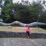 en el estacionamiento del parque se encuentra una estatua de una serpiente