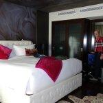 un lit, très haut! une penderie-armoire avec portes-miroirs
