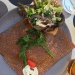 Bergère : chèvre, bacon et salade dans une coupelle