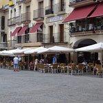 Nuestro establecimiento está situado en la Plaza Mayor de Plasencia.