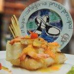 Peixe com camarão ao molho de Caja, acompanha gratinado de inhame, macaxeira e queijo coalho.