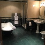 Loch Green Hotel Troon - spacious bathroom
