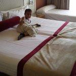 Dormitorio enorme con camas grandes