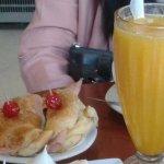 Mafaldas y jugo de naranja grande