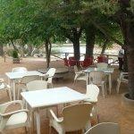 vista parcial de la terraza del restaurante con laguan s.Pedro al fondo.