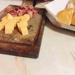 Picada de salame y queso