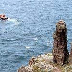 Bateau de la SNSM et rochers de la pointe. Pensez à faire un don sur la tirelire bateau du phare
