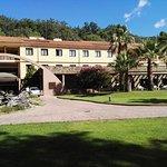 Vista principal del Hotel Balneario desde el extenso jardín que da a la carpa y piscina