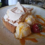 Lemon meringue pie and icecream