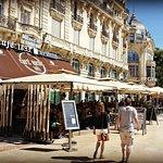 Le Café Riche vous propose sa grande terrasse ombragée sur la place de la Comédie..