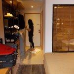 Cambiata moquette con pavimento ''parquet''. Ampia doccia, Arredo moderno.