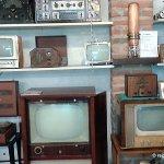La radio et la TSF, les tournes disques et autres appareils sont tous ici, ou presque