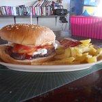 offera en la bara : hamburgersa con papas fritas
