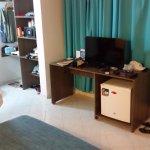 Frigobar, tv tela plana, armário e cofre.