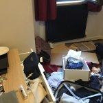 La habitación luego de que forzaran la puerta y robaran, el lugar permite el acceso a cualquier