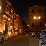 Abendatmosphäre vor dem Hotel